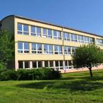 Budova 1. stupně ze školní zahrady