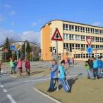 Pohled na školu z dopravního hřiště
